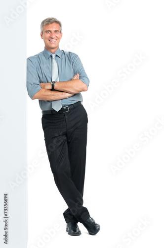 Fotografía  Businessman Leaning Against Sign