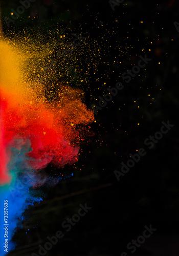 uruchomil-kolorowy-proszek-na-czarno