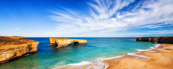 morski krajolik i horizont na mostu London, australija.