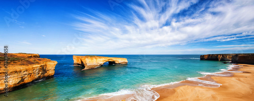 Foto auf Gartenposter Australien seascape and skyline at london bridge, australia.