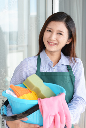 Fotografie, Obraz  掃除用品を持つ笑顔の女性