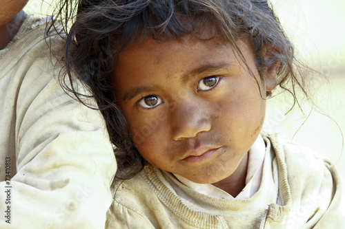 Foto  Armut, Porträt einer armen kleinen afrikanischen Mädchen verloren in tiefen tho