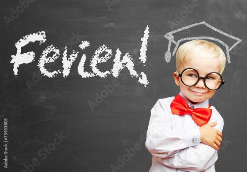 Fényképezés  Kind feiert Ferien in Schule vor Tafel