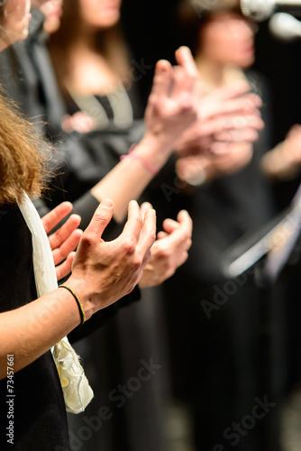 Leinwand Poster Mani di coriste che battono il tempo musicale, fuoco selettivo