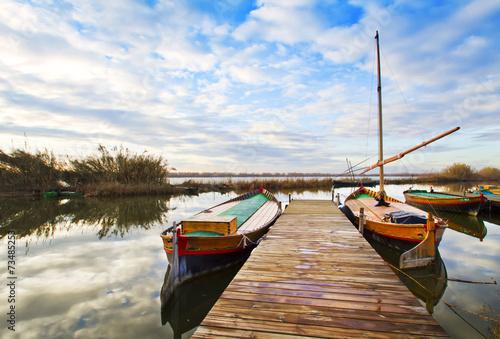 Poster Pleine lune veleros de madera tradicionales en el embarcadero del rio