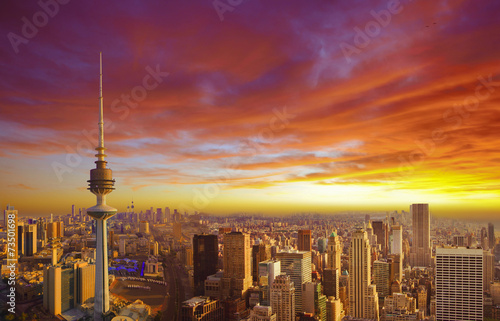 Poster de jardin Rouge traffic Kuwait cityscape during the sunset