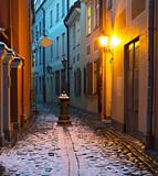 Wąska średniowieczna ulica w starym mieście w Rydze, Łotwa. - 73557698