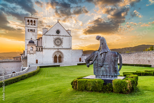 Photo Basilica of St. Francis of Assisi at sunset, Umbria, Italy
