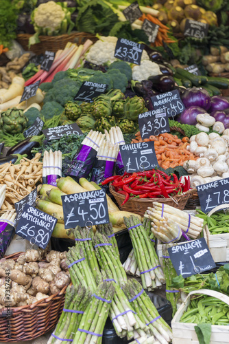 Keuken foto achterwand Vegetables priced up and displayed on a market stall