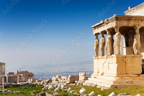 In de dag Athene Beautiful view of Erechtheion in Athens, Greece
