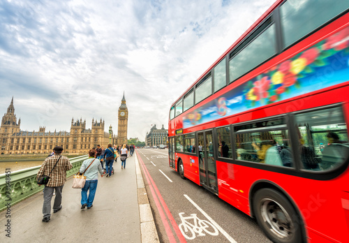 Poster Londres bus rouge London. Double Decker bus speeding up on Westminster Bridge