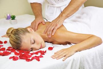 Obraz na płótnie Canvas Frau bekommt Massage im Spa