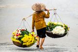 Życie sprzedawcy kwiaciarni na małym rynku w HANOI, Wietnam - 73676679