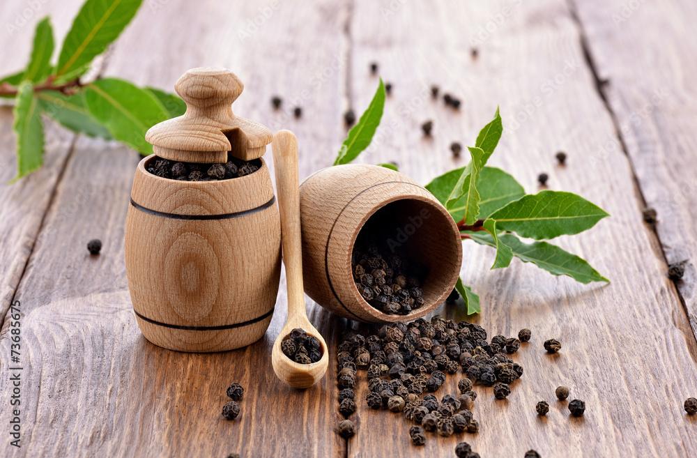 Fototapeta Pieprz czarny z beczkami na drewnianym stole