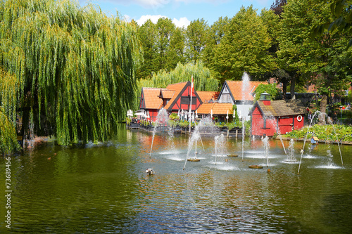 Photo  A beautiful pond with fountain in Tivoli gardens in Copenhagen.