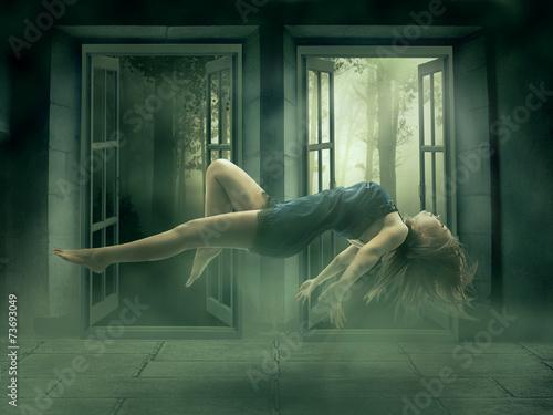 Fotografie, Obraz  Levitace portrét mladé ženy v jejím domě