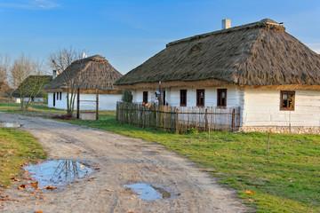 Fototapeta na wymiar Stare drewniane domy kryte strzechą