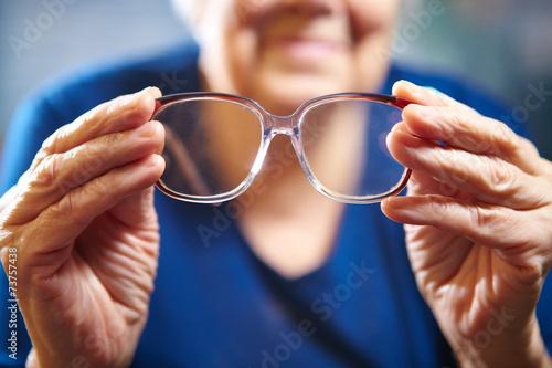 Fotografía  Manos de la mujer de edad con gafas