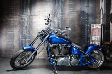 niebieski chromowany rower szosowy
