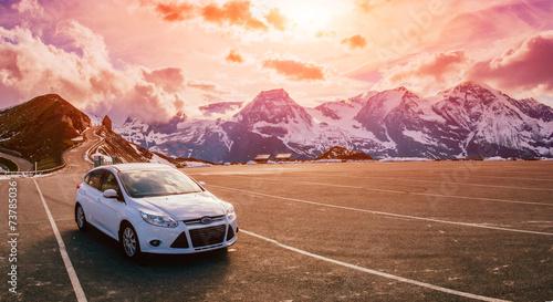 Photo sur Aluminium Brun profond car in the mountains