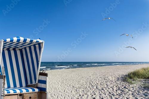 Sonne, Meer, Möwen und ein Strandkorb