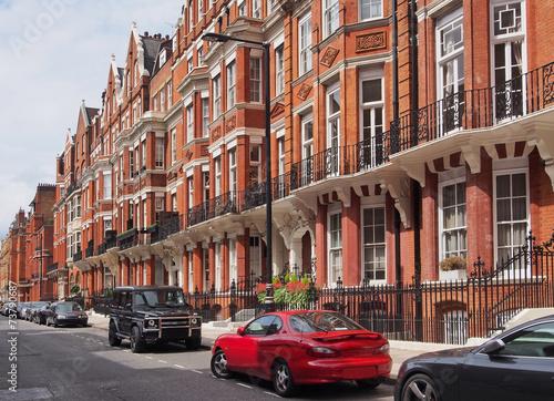 londynska-ulica-z-zaparkowanymi-samochodami