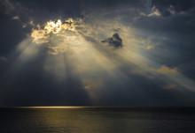 Raggi Di Luce Sul Mare Attrave...
