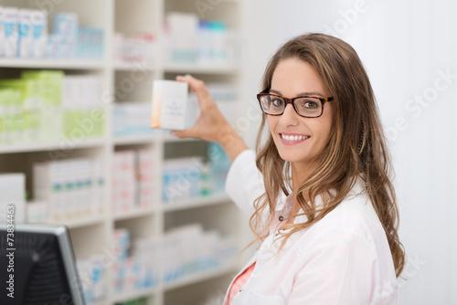 Leinwand Poster Apothekerin zeigt ein medikament