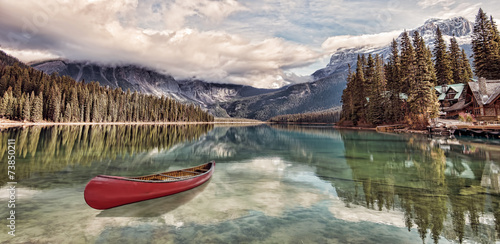 Papiers peints Canada Red canoe on Emerald Lake