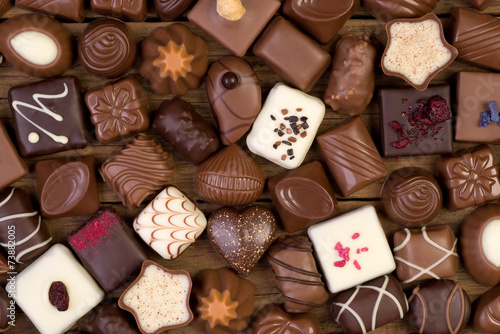 Foto op Aluminium Snoepjes Various chocolates on wooden background