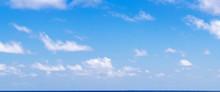 Grand Ciel Bleu Et Nuages Au Dessus De L'horizon