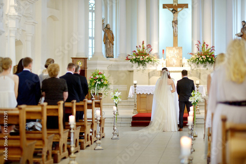 Obraz na plátně Bride and groom at the church during a wedding