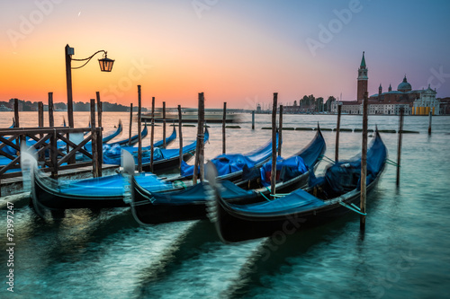Spoed Foto op Canvas Gondolas Swinging gondolas in Venice at dawn
