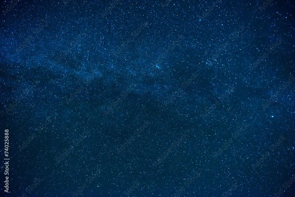 Niebieskie ciemne nocne niebo z wieloma gwiazdami <span>plik: #74025888 | autor: Pavlo Vakhrushev</span>