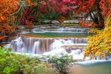 Wodospad w głębokiej dżungli lasów tropikalnych (Huay Mae Kamin Waterfall i - 74027091