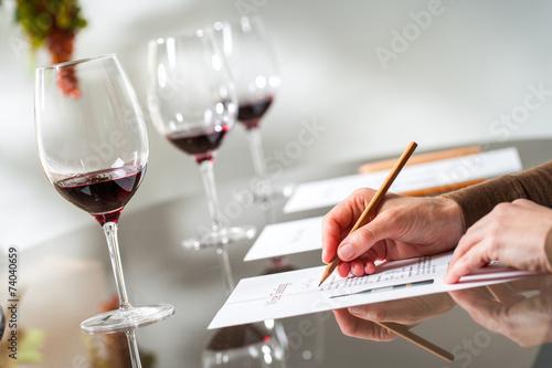Fotografía Hands taking notes at wine tasting.