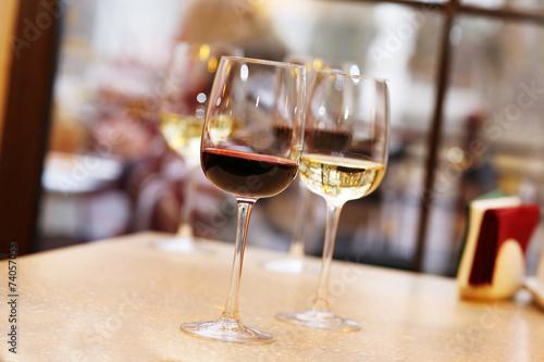 Fotobehang Restaurant Wine tasting in bar