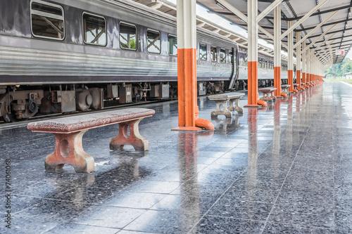 Foto auf AluDibond Bahnhof Passenger platform at the day on the railway station