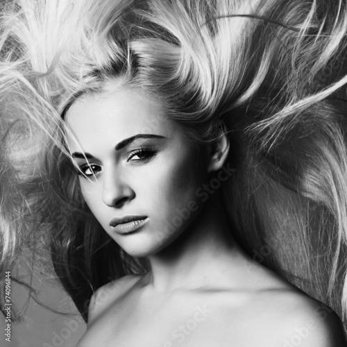 piekna-twarz-mlodej-kobiety-blond-dziewczyna-monochromatyczny-portret