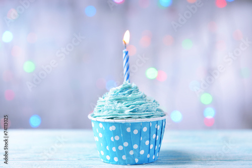 Photo  Delicious birthday cupcake on table on light background