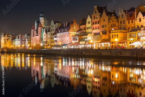 architektura-starego-miasta-w-gdansku-w-nocy-polska