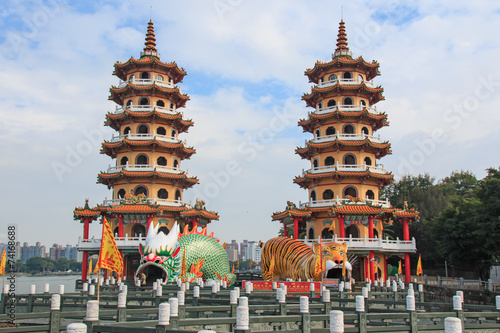 Papiers peints Con. ancienne Kaohsiung, Taiwan - November 17,2014: Tourists at dragon And Tig