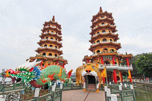 Papiers peints Con. ancienne Dragon And Tiger Pagodas at Lotus Pond, Kaohsiung, Taiwan
