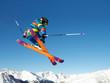 Junger Skifahrer springt