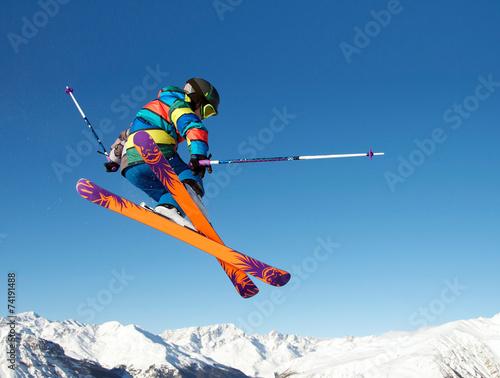 mlody-narciarz-wykonujacy-obroty-w-powietrzu