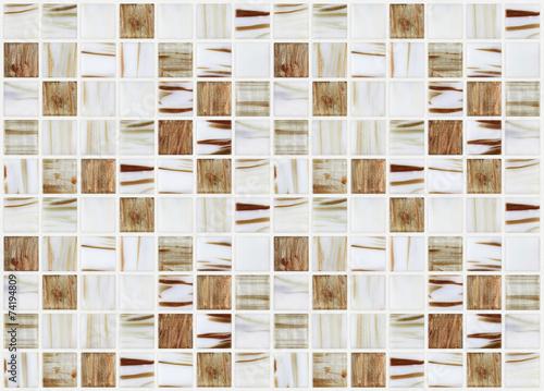 male-marmurowe-kwadratowe-plytki-z-bezowymi-efektami-kolorystycznymi