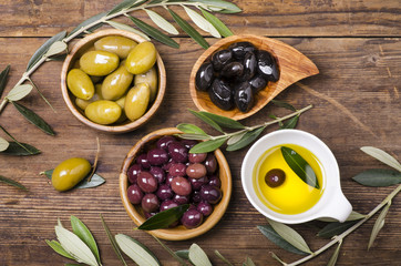 Fototapeta Do gastronomi olio e olive assortite