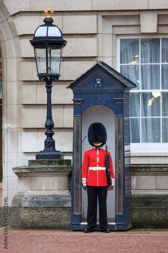 Canvas Print British Royal guards guard the entrance to Buckingham Palace
