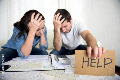 Fotografía  stress couple in bad financial situation asking for help