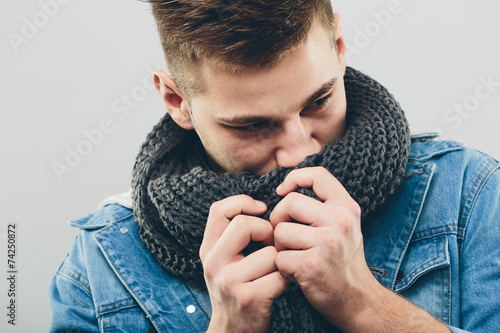 Photo Thoughtful Handsome Man Smelling his Knitted Scarf